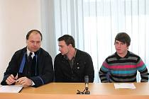 Obžalovaní Václav Boublík (vpravo) a Jiří  Miškovič se před začátkem líčení u Okresního soudu v Klatovech radí se svým advokátem Rostislavem Netrvalem.