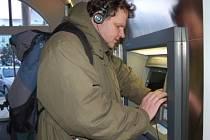 Nevidomý Jiří Mayer z Klatov už nemusí žádat rodinné příslušníky, aby mu vybrali z bankomatu peníze. V klatovské pobočce České spořitelny totiž nainstalovali připojení na sluchátka, které umožňuje nevidomým manipulaci s bankomatem.