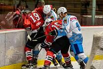 Klatovští hokejisté (v červeném) ve středu porazili Cheb (v modrobílých dresech) 3:0. Stejně jako v úvodní vzájemné konfrontaci na domácím ledě.