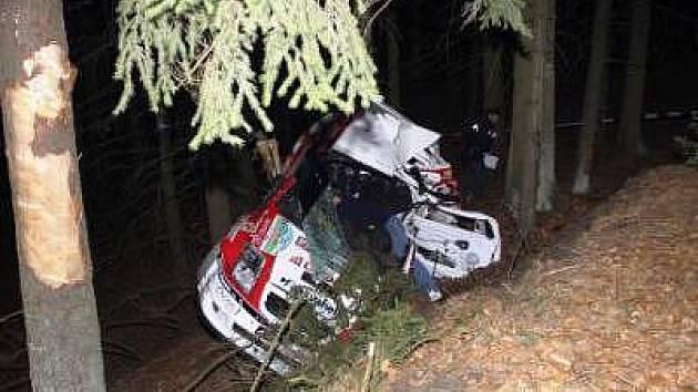 Při nehodě na RZ 2 zahynul jezdec Jiří Skoupil, spolujezdce Jiřího Volfa transportoval vrtulník do FN Plzeň