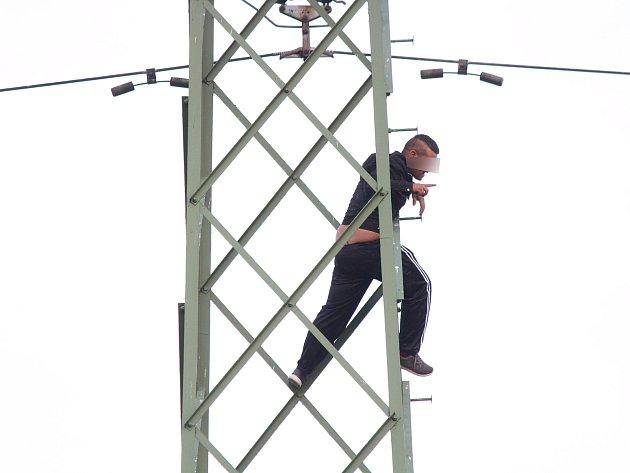 Sebevrah chtěl v Novákovicích skočit za stožáru, slezl až po třech hodinách.