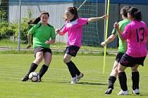 Snímky ze zápasu 5. kola letní ligy fotbalových amatérek mezi Kobrou a týmem z Neznašov (hráčky v zelených dresech).