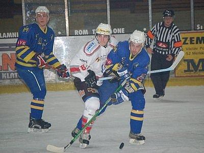 V předposledním nadstavbovém utkání druhé ligy remizovali hokejisté SHC Klatovy se svými hosty z Jindřichova Hradce 2:2. Poprvé se v dresu Klatov představila mladá posila útočných řad, Martin Heřman (v bílém dresu).