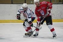 Krajská liga mužů: HC Klatovy B (v červeném) - HK Rokycany 2:6.