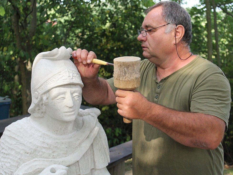 Sochař Bartoloměj Štěrba při práci na soše sv. Mořice na Mouřenci u Annína.
