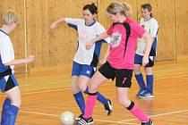 Zimní Dívčí amatérské fotbalová liga: SK Letiny (v bílém) - Kobra Stars 5:3.