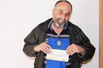 Pro cenu, volnou sázenku do Fortuny v hodnotě 100 Kč a triko, si za vítězství ve čtvrtém kole Fortuna ligy čtenářů přišel do redakce Klatovského deníku Zbyněk Kubát ze Švihova.