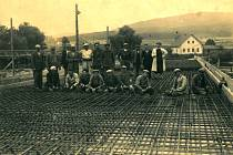 Stavba mostu přes řeku Úhlavu vMalechově.