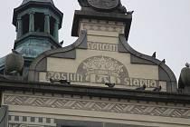 Holubi a opatření proti nim na kostele a radnici na náměstí v Klatovech.