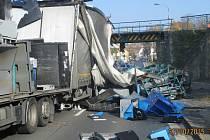 Nehoda kamionu pod viaduktem v Lubech.