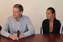 Policista Václav Šmat a jeho žena Lucie, městská policistka, u soudu v Klatovech.