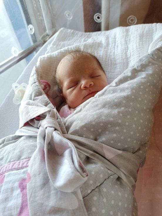 Karolína Doležalová z Vrhavče u Klatov se narodila v klatovské porodnici 27. května ve 22:49 hodin (48 cm, 3150 g). Rodiče Tereza a Rostislav věděli dopředu, že Jindříškovi (2,5) přivezou domů sestřičku. Tatínek byl u porodu, který trval pár minut.