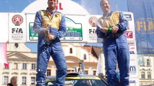 Václav Pech (vpravo) a Petr Uhel v cíli 44. Mogul Šumava Rallye