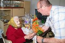 S kyticí přišel rodačce z Bolešin Anně Seidlové blahopřát i starosta Josef Sommer.
