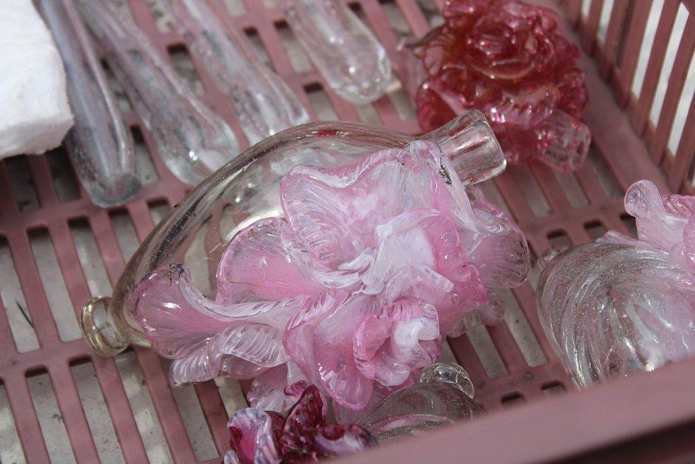 V pavilonu skla vyráběli skleněné karafiáty a jiné dekorace.