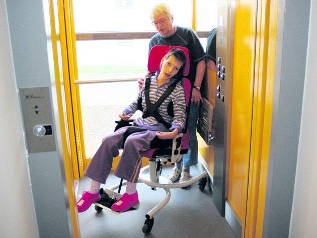 Adélka Nováková s paní učitelkou v novém výtahu.