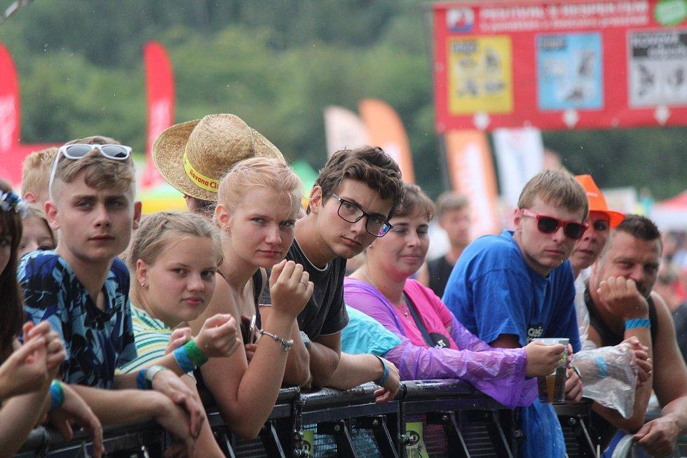 Tisíce návštěvníků zaplnilo v páteční odpoledne prostor u nádraží ve Švihově. Festival Hrady CZ přilákal fanoušky různých žánrů hudby. Foto: Deník/Lucie Kohoutová, Daniela Loudová