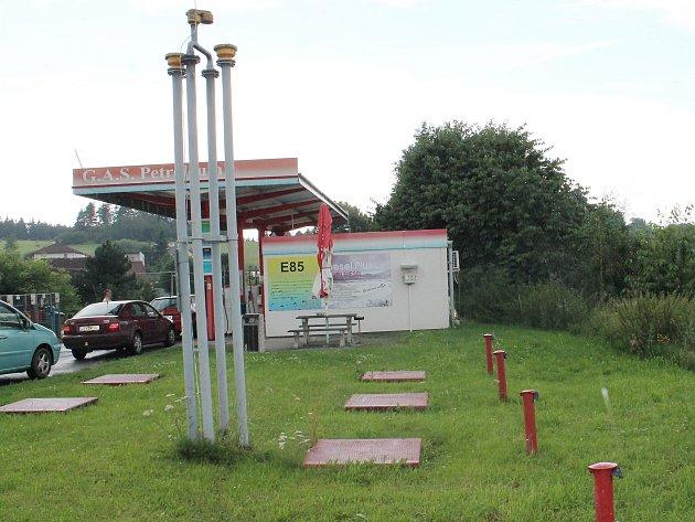 Benzinová čerpací stanice v Plánice, za kterou útočník dívku odvlekl. V tu dobu byla stanice zavřená.