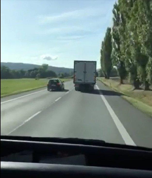 Nebezpečné předjíždění silničního piráta u Borov