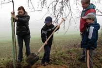 Svůj strom si přišli zasadit také Naďa a Jiří Kučerovi se svými dětmi z Horažďovic.