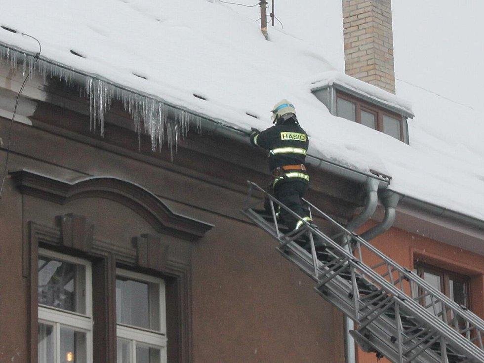 Shazování rampouchů ze střech