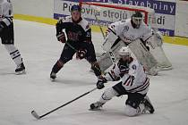 Pro hokejisty Klatov (hráči v bílém) skončila sezona už ve čtvrtfinále.