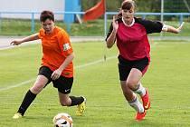 Letní Dívčí amatérská fotbalová liga: Šelmy Blovice - Plánice (v oranžovém) 0:2.