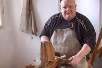 """Ludvík Pouza """"na dědkovi"""" s pořízem v ruce při opracovávání dřeva na lžičku."""