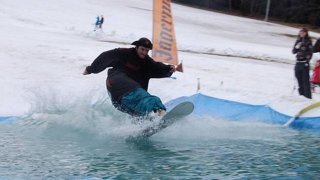 S končící se lyžařskou sezonou se v Kašperských Horách loučili přejezdem přes louži.