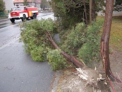 V Klatovech vichřice poničila domy, auta i stromy.
