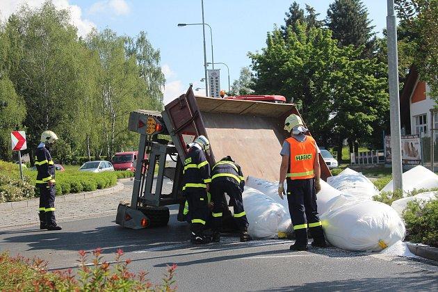 Nehoda traktoru v Klatovech v Plzeňské ulici v nemocnice.