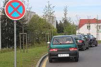 V Klatovské nemocnici začala 1. dubna platit nová pravidla parkování, někteří je stále porušují.