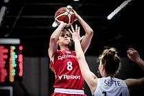 Veronika Voráčková (v červeném) v akci proti Lotyšsku.