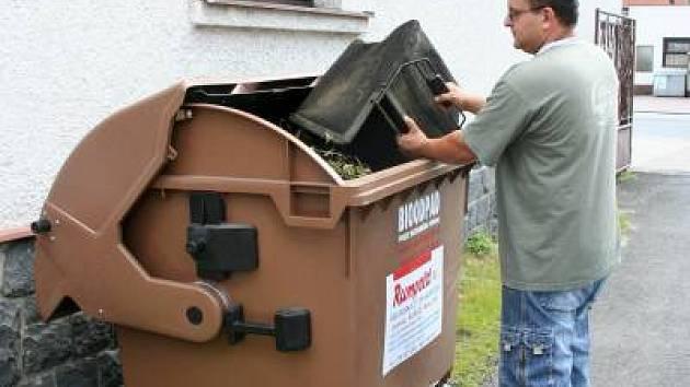Kontejnery na bioodpad mají pro technika obce Hrádek Čeňka Šebestu velký význam.