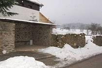 V roce 2010 opravili Myslívští autobusovou zastávku ve zdi kolem areálu fary, nyní chtějí pokračovat opravami zbytku památkově chráněné zdi.