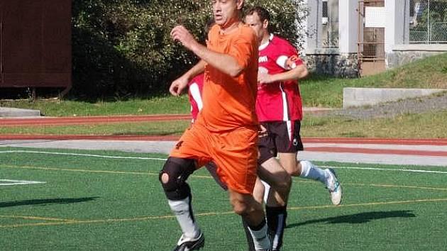 V druhé lize zvítězilo mužstvo Vilyž team (oranžové dresy)  Klatovy nad AFC Sloni 2:0