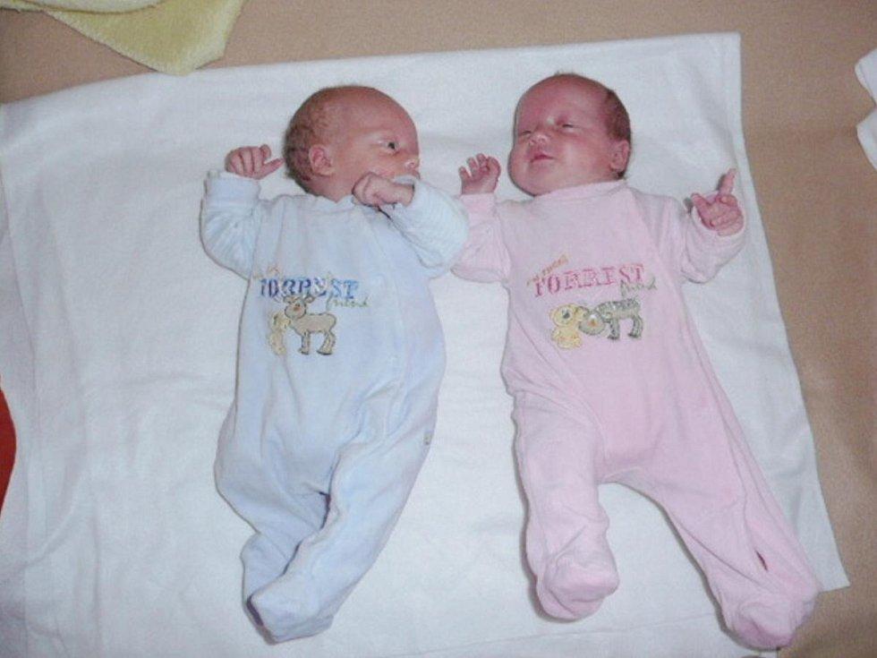 Vašík (vlevo) a Anetka Šlechtovi z Bezděkova se narodili v klatovské porodnici 19. září rodičům Jitce a Přemyslovi. Prvorozený Vašík (2500 gramů, 45 cm) spatřil světlo světa v 7.58 hodin , Anetka (2600 gramů, 46 cm) v 8.00 hodin.