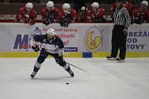 Hokejové Klatovy (na archivním snímku hráč v červeném dresu) se s Trutnovem (v bílomodrých dresech) v letošní sezoně druhé ligy utkaly už podruhé.