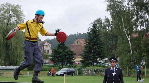 Okresní soutěž dobrovolných hasičů se postarala o dramatické chvíle divákům i účastníkům.