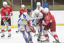 Krajská liga mužů: HC Klatovy B (v červeném) - HC Meteor Třemošná 3:3.