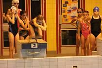 V klatovském bazénu soutěžili plavci z devatenácti škol Klatovska.