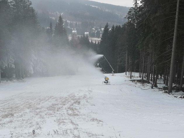 Sněhová děla na šumavském Špičáku spustili provozovatelé tamního areálu již vpondělí 19.11.2018.