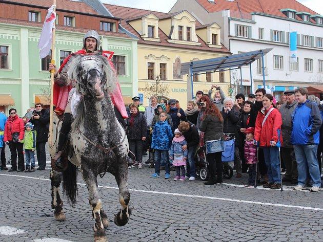 Na náměstí v Sušici přijel v neděli 23. dubna sv. Jiří s průvodem koní a povozů.