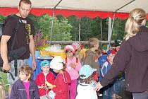 Pořadatelé a soutěžící Hamerského Bivoje uspořádali pro děti z janovického Klokánku výlet na Ostrý a Černé a Čertovo jezero