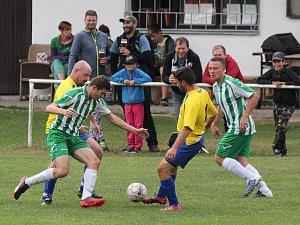 Fotbalisté Velhartic (na archivním snímku v zelenobílých dresech) vybojovali ve víkendovém duelu s Nýrskem B jen bod. Velké Hydčice (ve žlutém) uspěly v Žihobci těsně 1:0.