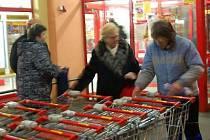 Po dnech plných návalů mají obchody  v Klatovech kolem 17. hodiny už naprostý klid i prázdné regály.