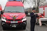 Předání nového auta hasičům v Dlouhé Vsi.
