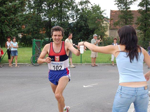 Vlastimil Šroubek mohl být v době osvěžování s průběhem závodu spokojený, měl za sebou polovinu osmikilometrové tratě a pohyboval se na druhém místě.