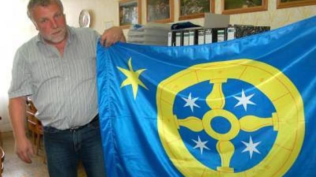 Dlažovský starosta Petr Kodeš s vlajkou obce