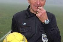 Fotbalový rozhodčí s bohatými mezinárodními zkušenostmi Jan Veverka ze Sušice v sobotu, v den svých pětasedmdesátých narozenin, s přehledem odřídil zápas IV. třídy skupiny A v Běšinech, kde domácí  tým deklasoval  Křenice   8:0.